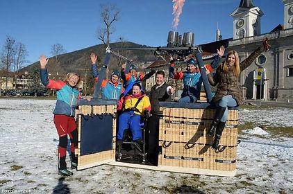 Das gesamte Team und der Ballonkorb vor dem Bräustüberl Tegernsee