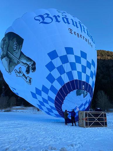 Der Ballon vom Bräustüberl Tegernsee hebt vom Boden ab
