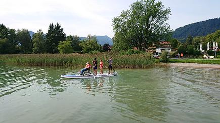 Die Truppe und Christine lenkt sich durch das Wasser auf dem SUP