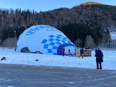 Der Ballon des Bräustüberl Tegernsee wird vorbereitet