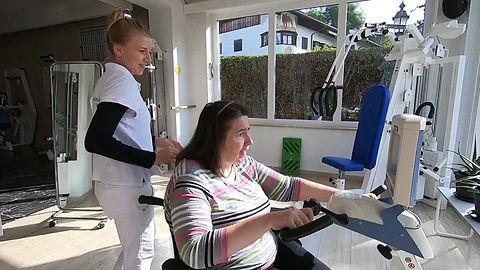 Christine trainiert mit einer Mitarbeiterin gemeinsam
