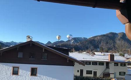 Der Heißluftballon fliegt über die Heimat von Christine