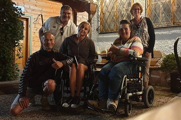 Christine dürfte die Gründungsmitglieder von Ungehindert e.V . im Haus Göttfried begrüßen (v l. Markus Ertl, Peter Reichert, Dunja Fuhrmann sitzt im Rollstuhl und Sonja Walser)