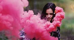 Mädchen mit Rauch Flares