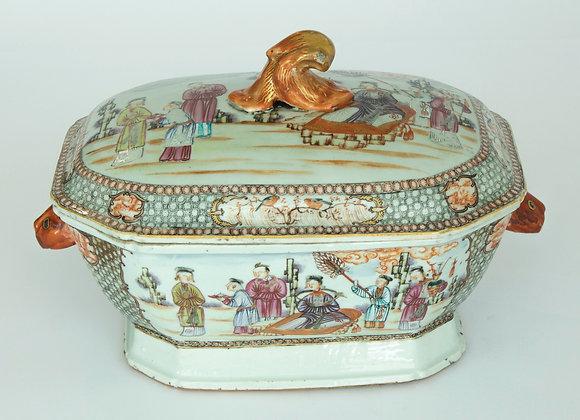LOTE 68. Sopeira em porcelana da Companhia das Índias.