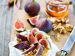 Camembert with honey figs and walnuts.jp