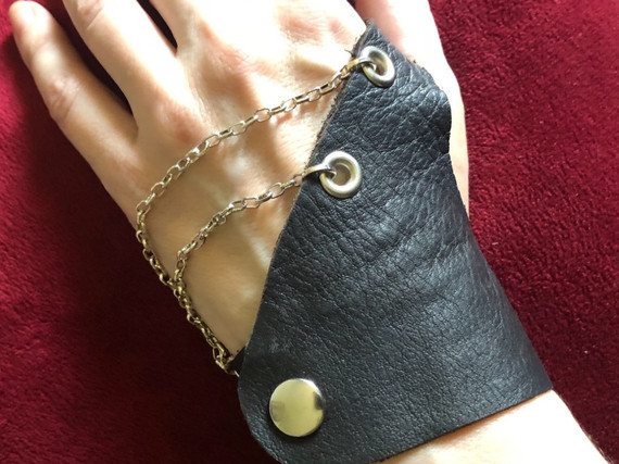 BLACK LEATHER HALF GLOVE WITH SILVER CHAIN