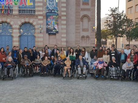 Un amplio grupo de jóvenes cofrades comparten un paseo con los ancianos de Fragela