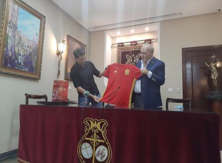 La Selección Española de Fútbol entrega una camiseta firmada para ayudar a las familias en crisis