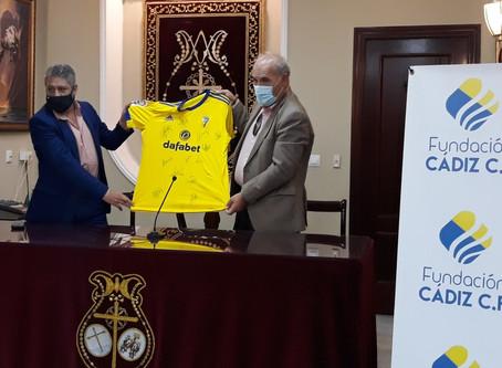 El Cádiz Club de Fútbol se suma a la rifa solidaria con una camiseta con las firmas de los jugadores