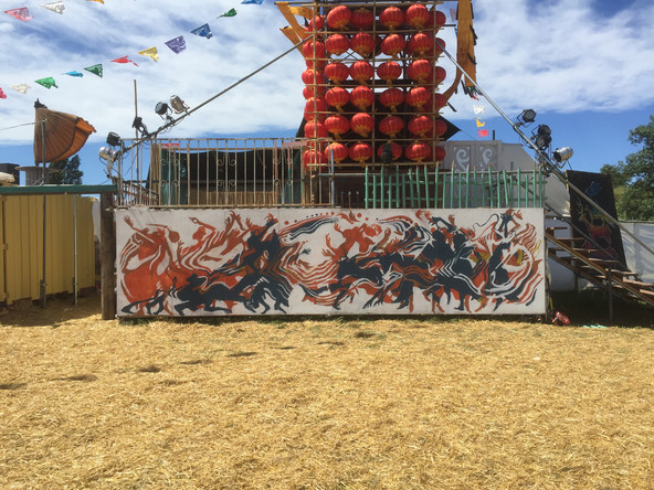 Rising Sun Rock Festival | ラージャスタニダンサー madhu、舞踏家 田仲ハルと | ペンキ、木板1800mm×7200mm2016年