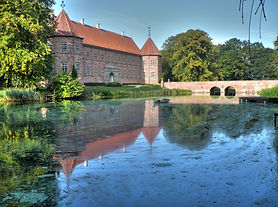 Voergaard_Castle_-_east_wing_and_bridge.