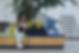 To studerende snakker på bænk (1).png