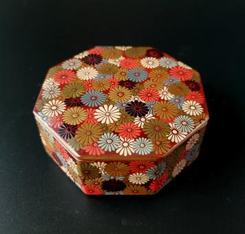 【結城哲雄 作 菊詰蒔絵 八角 香合 共箱 】をお買い取りしました。
