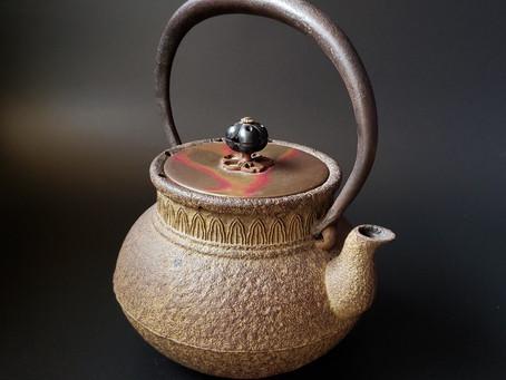 「砂鉄 鉄瓶 紫斑銅蓋 金森紹栄 造」をお買い取りしました。
