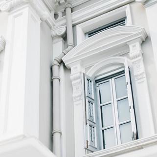 bílá budova