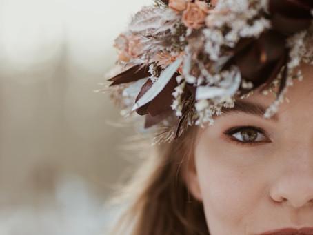 Zimowa kobieca sesja ślubna stylizowana-Nastazja. Nasza publikacja zdjęć w gazecie RAAMAT.