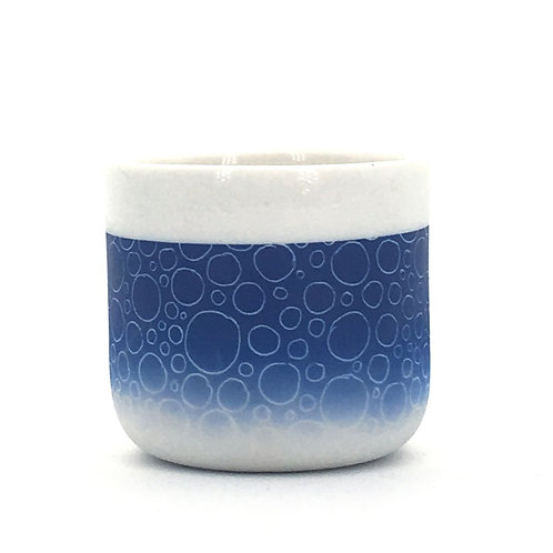petite tasse bleu foncé