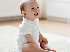 תיונק יושב יציב, להושיב תינוק, לא מתיישב עדיין לבד, התפתחות תינוקות, ישיבת w,