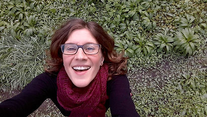 Portrait PH von oben fotografiert, auf grüner Wiese.