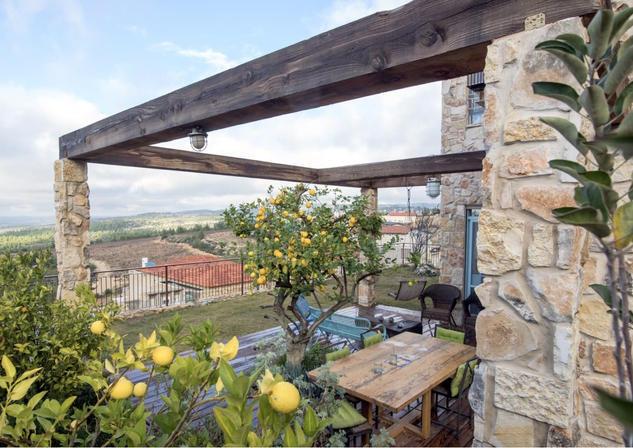 אדריכלית אלונה נבו סידי בית אבן טבעית נוף אור טבעי צמחיה ים תיכונית