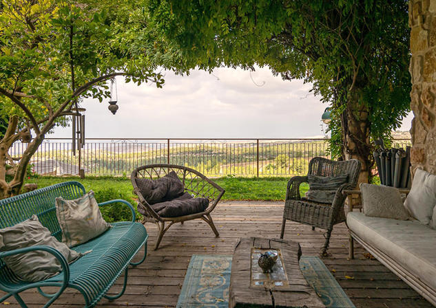 אדריכלית אלונה נבו סידי חצר צמחיה ים תיכונית אור טבעי