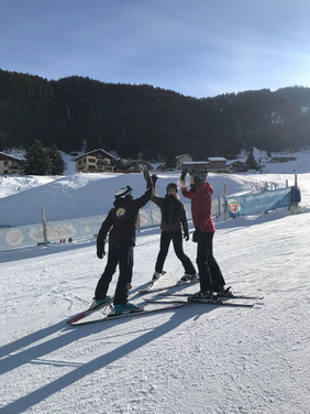 Goncalo, private ski instructor in Davos and Klosters always ready for a high five after some sweet progress in your skiing skills.
