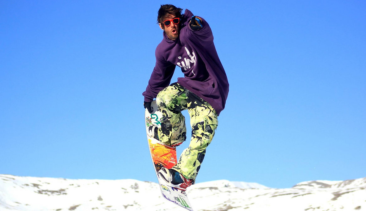 Rodrigo, freestyle snowboard Instructor for Ben&Joe's, private ski and snowbord lessons in Klosters and Davos will show you the moves. Learn a new trick, go bigger, master the pipe, put the finishing touches on your moves. Rodrigo will add some style to it!