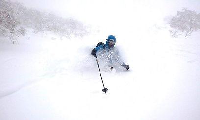 Rasmus Hauskov, Ski Instruktor bei Ben&Joe's, private ski and snowboarding lessons in den Davos-Klosters Mountains geniesst den frischen Schnee. Er kann Ihnen beibringen im Tiefschnee zu fahren. Buchen Sie Rasmus für eine private Ski Lektion.