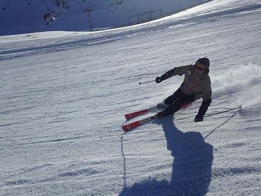 Koni, privat Ski Instruktor für Ben&Joe's, private Ski und Snowboard Schule in Klosters und Davos bringt Ihnen die Carving Technik bei. Sie werden das neue Fahrgefühl lieben!