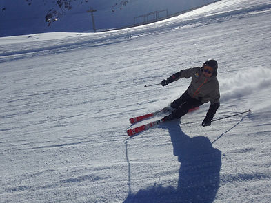 Learn to carve with on of our experienced instructors at Ben&Joe's private ski and snowboard lesson in Klosters and Davos. A session dedicated to powerful skiing, carving and mountain strategies!