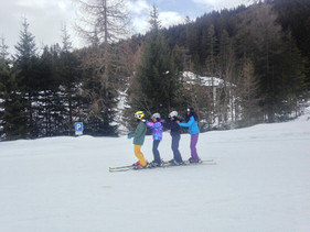 Casper, private ski instructor in Davos and Klosters is fearlessly leading the way for the ladies.