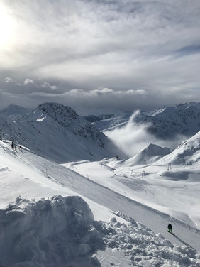 The beautiful Davos-Klosters Mountains. Take a ski, snowboard or telemark lesson with us. Carving, freestyle? Sure!