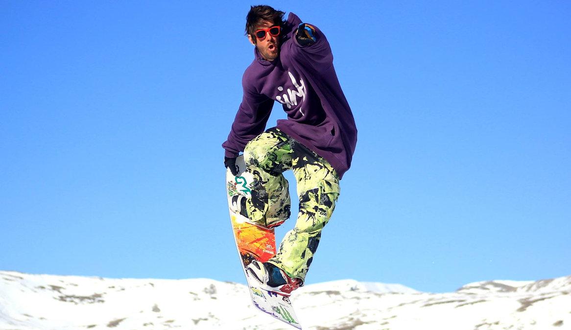 Rodrigo, freestyle snowbarder für Ben&Joe's, private ski and snowboard lessons in Klosters and Davos zeigt wie's geht und bringt dir einen neuen Trick bei und die Pipe meistert!