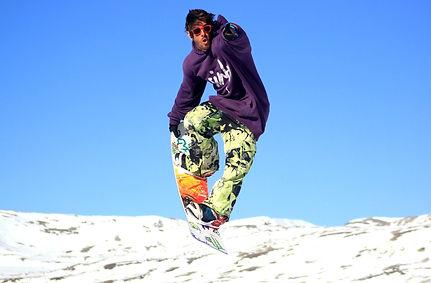 Rodrigo, freestyle Spezialist für Ben&Joe's, private ski and snowboard lessons in Klosters and Davos bringt dir einen neuen Trick bei!