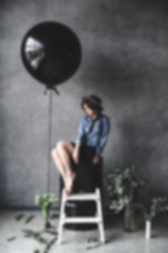 balloon-chair-dark-1391580.jpg