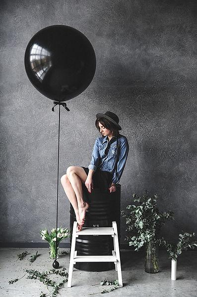 balloon-chair-dark-1391580.jpg