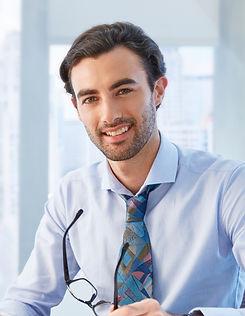 カラフルなネクタイを持つ男