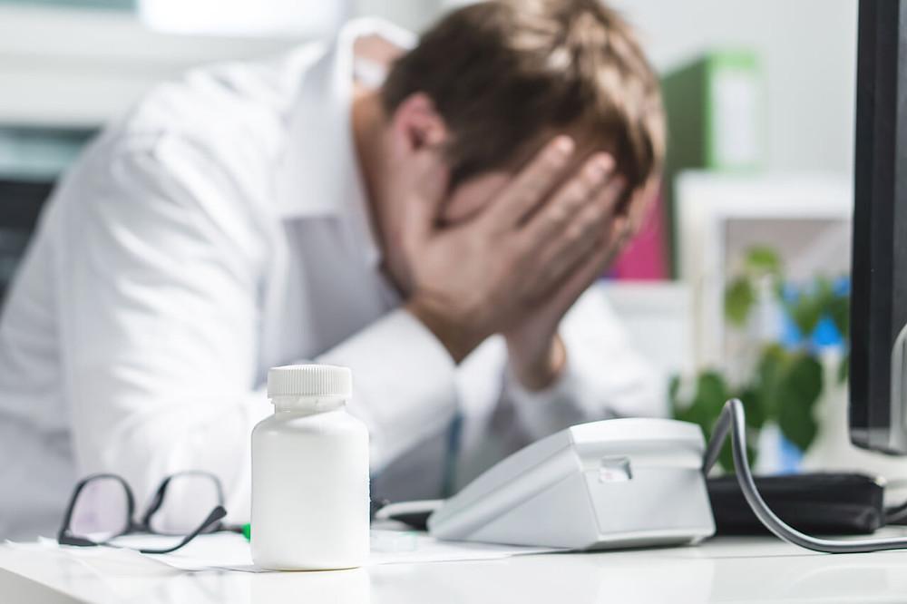 médico triste