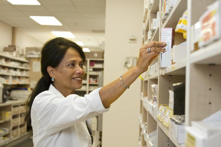farmacêutica mexendo em remédios