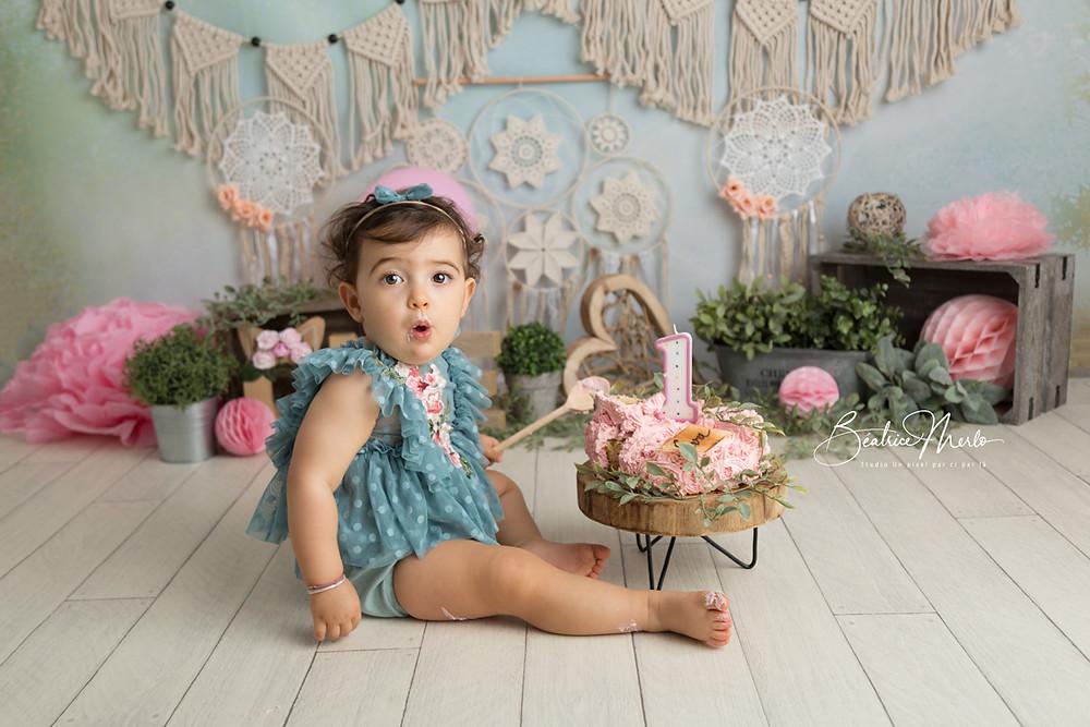 fillette 1 an bébé gâteau attrapes rêves