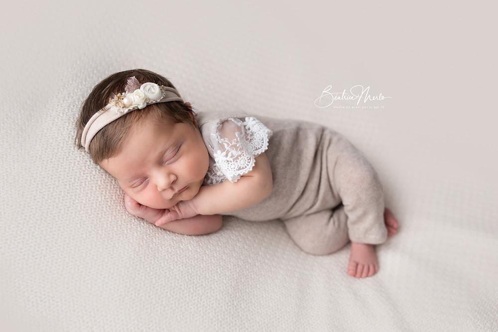 posing nouveau né bébé fille dentelle endormie