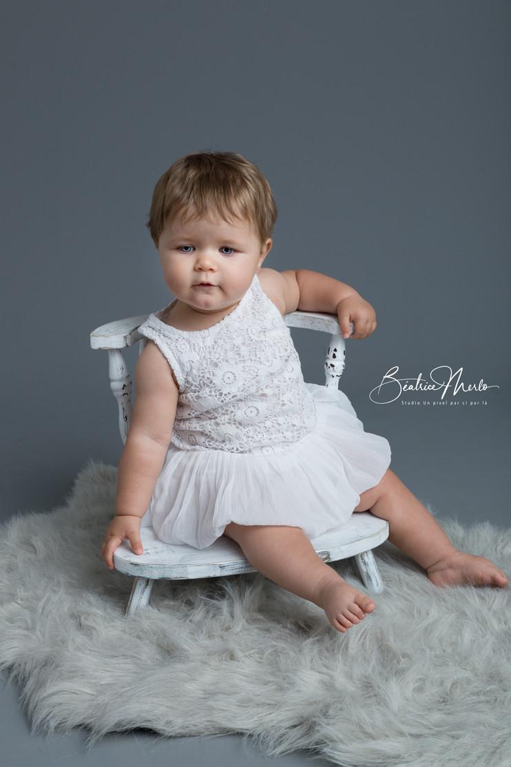 adorable bébé sur petite chaise