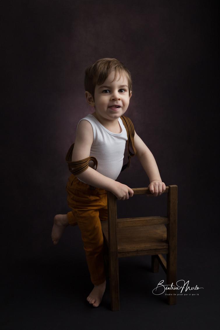 petit garçon fine art chaise bois marron