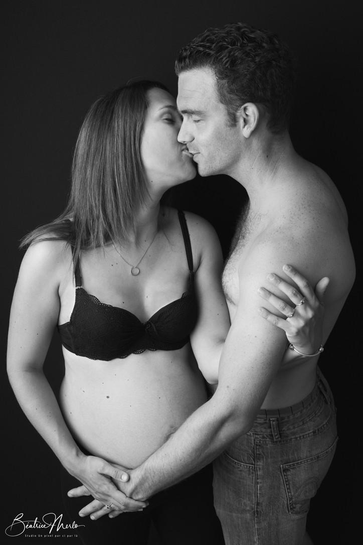 couple grossesse amour baiser love heureux