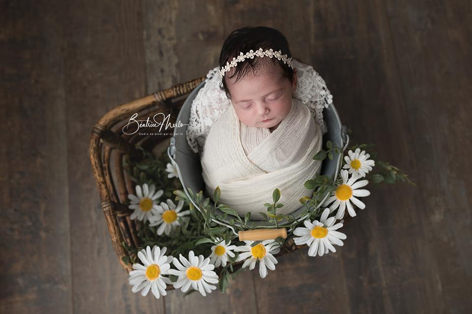bébé naissance seau fleurs