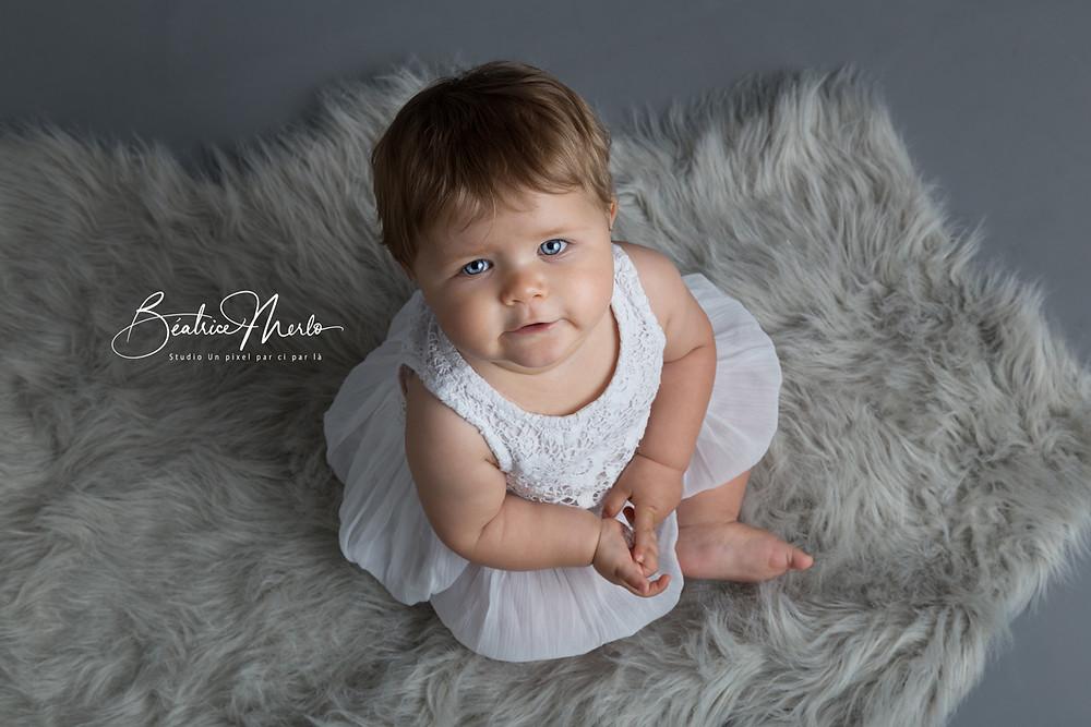 petite fille regard yeux bleus photo