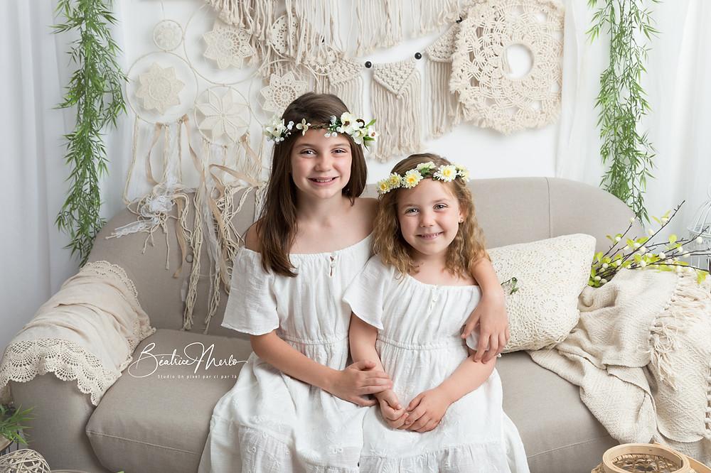 fillettes déco boho macramé fleurs cheveux headband robe blanche