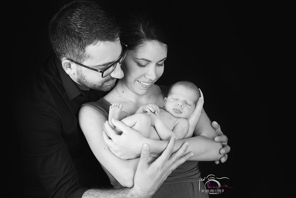 photo familiale séance naissance N&B