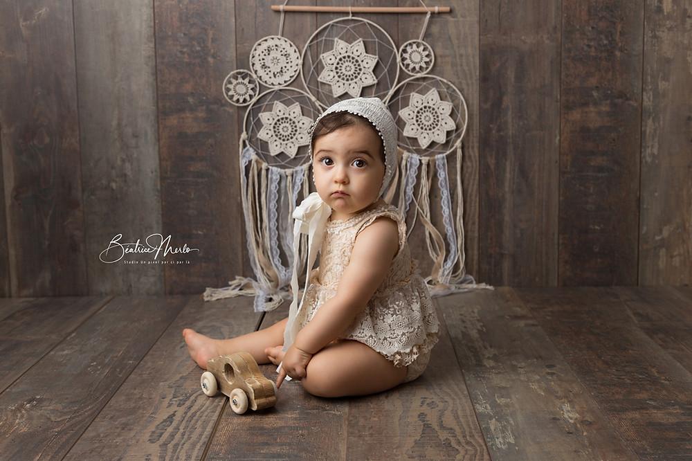 bébé fille assis bonnet boho jolie